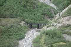 Un puente pesado sobre un río de Alaska Fotos de archivo