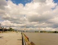 Un puente que atraviesa el río Fraser en Vancouver, Columbia Británica fotografía de archivo