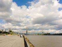 Un puente que atraviesa el río Fraser en Vancouver, Columbia Británica imagen de archivo