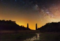 Un puente quebrado debajo del cielo estrellado fotos de archivo libres de regalías