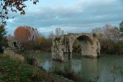 Un puente romano en Francia imagen de archivo