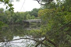 Un puente rural sobre un río foto de archivo