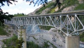 Un puente sobre un barranco en Alaska imagenes de archivo