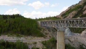 Un puente sobre un barranco en Alaska imágenes de archivo libres de regalías