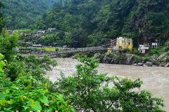 Un puente sobre el Ganges Río Ganga que atraviesa el valle Himalayan, Uttarakhand, la India Fotografía de archivo