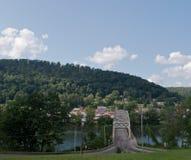 Un puente sobre el río Fotos de archivo