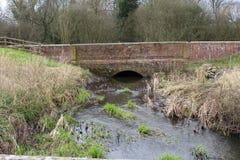Un puente sobre el río doméstico Fotos de archivo
