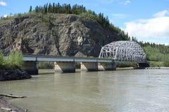 Un puente sobre el río Yukón Imagen de archivo libre de regalías