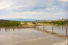 Un puente sobre el Yukón en la primavera Imagenes de archivo