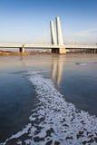 Un puente sobre un río ice-covered Imágenes de archivo libres de regalías