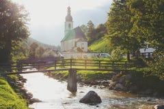 Un puente a través de un río Imagen de archivo libre de regalías