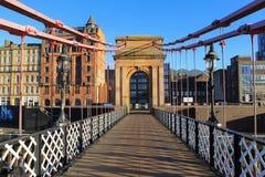 Un puente victorian viejo del pie sobre el río Clyde imagenes de archivo