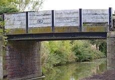 Un puente viejo en el canal magnífico de la unión en Lapworth en Warwickshire, Inglaterra fotografía de archivo