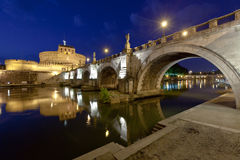 Un puente y un castillo más viejos Sant Ángel Imágenes de archivo libres de regalías