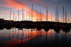 Un puerto deportivo en el amanecer Fotografía de archivo