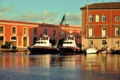 Un puerto hermoso por el mar en el cual hay yates imágenes de archivo libres de regalías