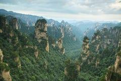 Un puesto de observación peligroso del paso en el parque nacional de Zhangjiajie Imagen de archivo libre de regalías