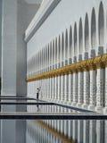 Un pulitore sul lavoro ad Abu Dhabi Grand Mosque Immagine Stock Libera da Diritti