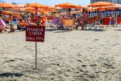 Un puntatore alla gente di riposo vicina della spiaggia libera in Viareggio,  Immagine Stock Libera da Diritti