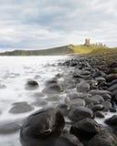 Un punto de vista icónico del castillo de Dunstanburgh, Northumberland Foto de archivo
