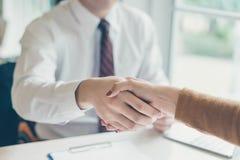 Un punto di due affari una penna l'un l'altro sopra carta in bianco alla riunione Fotografie Stock Libere da Diritti