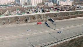 Un punto di vista arial dei pendolari in automobili come guidano giù la strada affollata video d archivio