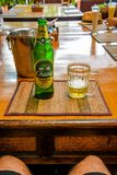 Un punto di vista di Chang Beer in Phi Phi Island, Tailandia immagine stock