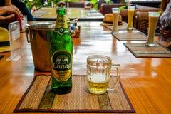 Un punto di vista di Chang Beer in Phi Phi Island, Tailandia immagine stock libera da diritti