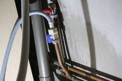 Un punto di vista degli idraulici sotto un piano di lavoro che ha colato Fotografia Stock Libera da Diritti