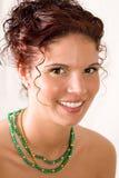 Un punto di vista dei tre quarti di giovane donna sorridente Fotografia Stock Libera da Diritti