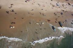 Un punto di vista del birdseye dei turisti che holidaying e che si divertono con la b Immagini Stock