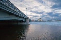 Un punto di vista del ponte e dei rompighiaccio di annuncio Fotografia Stock Libera da Diritti