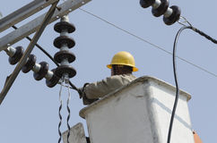 Un punto di vista del primo piano di un elettricista sta riparando il sistema di energia elettrica Immagini Stock Libere da Diritti