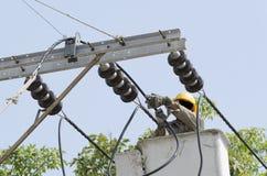 Un punto di vista del primo piano di un elettricista sta riparando il sistema di energia elettrica Immagine Stock Libera da Diritti