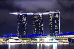 Un punto di vista di Marina Bay, Singapore, nella notte Fotografia Stock Libera da Diritti