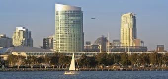 Un punto di vista di San Diego Bay, una barca a vela e del centro Fotografia Stock Libera da Diritti