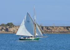 Un punto di vista laterale di una barca a vela Fotografia Stock Libera da Diritti