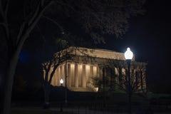 Un punto di vista di Lincoln Memorial alla notte fra gli alberi Fotografie Stock