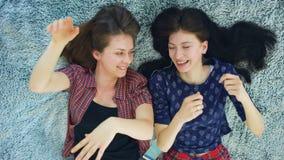 Due belle ragazze che sorridono mentre trovandosi sul - Ragazze nel letto ...