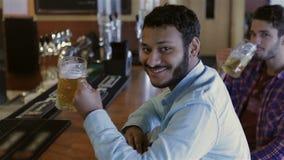 Un punto di vista superiore di due uomini mentre bevendo birra archivi video