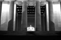 Un punto di vista vicino di notte di Lincoln Memorial Fotografia Stock