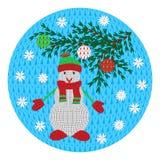 Un pupazzo di neve tricottato in una sciarpa con un cappello ed i guanti, un ramo su un fondo rotondo Per la decorazione, cartoli Immagini Stock