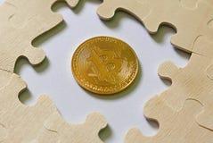 Un puzzle denteux intermédiaire de reproduction d'or de bitcoin Concept d'affaires et de finances photos libres de droits