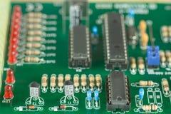 Un PWB con los componentes electrónicos Fotos de archivo libres de regalías