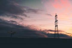 Un pylône de puissance se tient près d'un signe en bois photos libres de droits