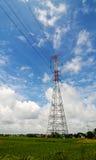 Un pylône électrique sur le champ dans le delta du Mékong, Vietnam du sud Photos libres de droits