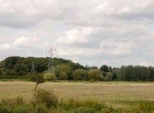 Un pylône en métal dehors dans le pays avec des fils aériens Image libre de droits