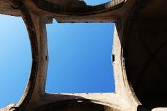 Un quadrato di cielo blu visto attraverso il tetto Immagine Stock