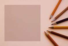 Un quadrato vuoto per il testo con una matita marrone seguente Immagini Stock