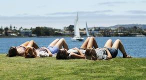 Un quartet de jeune femme exposant au soleil au parc d'Embarcadero Photo stock